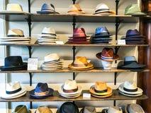 En skärm av hattar för man` s arkivbilder