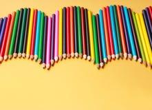 En skärm av kulöra blyertspennor Arkivbild