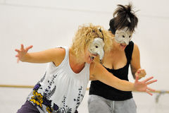 En skådespelare med en maskering spelar Commedia dell'arte Royaltyfri Fotografi