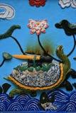 En sköldpadda skulpteras på väggen av en buddistisk tempel i Hanoi (Vietnam) arkivbilder