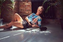 En skönhet tattoed flicka i tillfällig kläder Fotografering för Bildbyråer
