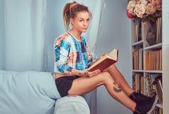 En skönhet tattoed flicka i tillfällig kläder Royaltyfria Bilder