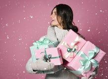 En skönhetung flicka med julgåvan royaltyfri foto