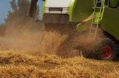 En skördemaskin är ett lantgårdverktyg som skördar skördar på skörden, när de är mogna Fotografering för Bildbyråer