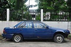 En skadad gammal bil på vägrenen Royaltyfria Foton