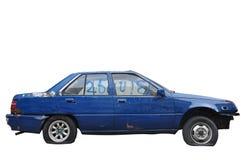 En skadad gammal bil som isolerades på den snabba banan för vit bakgrund, inclued Royaltyfri Foto