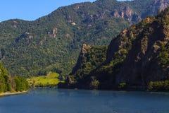 En skarp klippa nära en sjö Royaltyfria Bilder