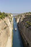 En skeppsegling till och med den Corinth kanalen Grekland royaltyfri foto