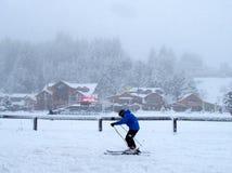 En skidåkare i en stark storm i Bariloche Arkivbild