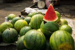 En skiva av vattenmelon med röd färg på försäljning i det traditionella marknadsfotoet som tas i Bogor Indonesien fotografering för bildbyråer