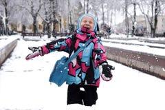 En skratta liten flicka som spelar med snö Royaltyfria Foton