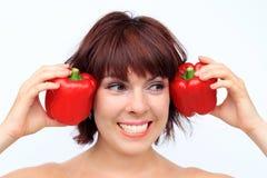 En skratta ung kvinna är lycklig om ett sunt bantar royaltyfria foton