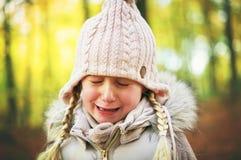 En skriande liten flicka i den mest forrest hösten Arkivbilder