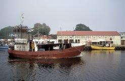 En skrivande in hamn för fishboat Arkivfoto