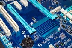En skrivbords- mainboard för dator med closeupen för elektroniska delar Arkivbild