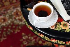 En skrivmaskin och ett te Antikviteten bordlägger arkivfoton