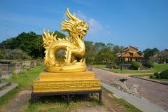 En skulptur av den guld- draken på en terrass av den förbjudna imperialistiska purpurfärgade staden Sikten av profilen ton royaltyfri bild