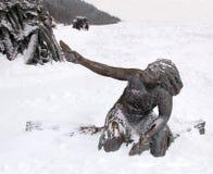 En skulptur av en förhistorisk kvinna, Archeopark, Khanty - Mansiysk, Ryssland Arkivfoton