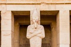 En skulptur av farao p? b?rhustemplet av Hatshepsut n?ra den egyptiska staden av Luxor arkivfoto