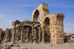 En skulptur bredvid minar qutub royaltyfri bild