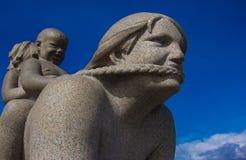 En skulptur i Frogner parkerar Oslo royaltyfri fotografi