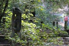 En skulptur i skogen Royaltyfri Foto