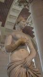 En skulptur på skärm i Lourve, Paris, Frankrike Royaltyfri Foto