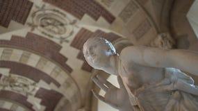 En skulptur på skärm i Louvre, Paris, Frankrike Royaltyfri Foto
