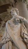 En skulptur på skärm i Louvre, Paris, Frankrike Arkivfoto
