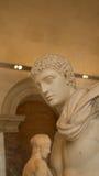 En skulptur på skärm i Louvre, Paris, Frankrike Arkivbild