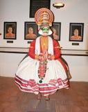 En skulptur som föreställer en Kathakali dans i ett museum i Kochi Arkivfoto