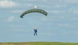 En skydiver som utför att hoppa med fritt fall med, hoppa fallskärm Royaltyfri Bild