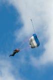 En skydiver som utför att hoppa med fritt fall med, hoppa fallskärm Royaltyfria Foton