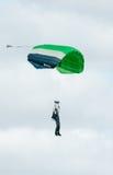 En skydiver som utför att hoppa med fritt fall med, hoppa fallskärm Arkivbilder