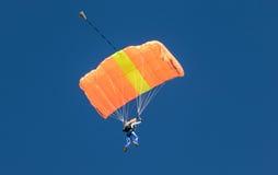 En skydiver som utför att hoppa med fritt fall med, hoppa fallskärm Arkivfoton