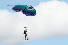 En skydiver som utför att hoppa med fritt fall med, hoppa fallskärm Royaltyfri Foto