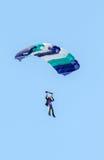 En skydiver som utför att hoppa med fritt fall med, hoppa fallskärm Royaltyfri Fotografi