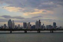 En skymningsikt av Cinta Costera och modern Panama City horisont, Panama Fotografering för Bildbyråer