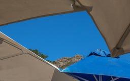 En skymt av blå himmel dess sommaravbrott arkivbilder