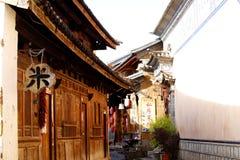 En skymt av byn av Shaxi Denna stad ?r antagligen den mest intakta h?sthusvagnstaden p? den forntida terutten arkivbilder