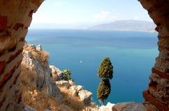 En skymt av havet från väggarna av Palamidi arkivbild