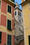 En skymt av tornet av församlingkyrkan av San Martino, Portofino fotografering för bildbyråer