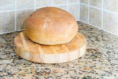 En släntra av hem bakat bröd Arkivbilder