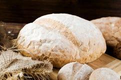 En släntra av mjöl för vitt bröd Arkivfoto