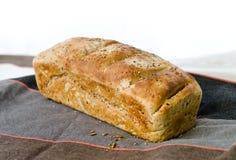 En släntrar av bröd på bordduk Royaltyfria Bilder