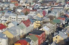 En slalomkurs till och med de färgglade taken av Reykjavik Arkivbild