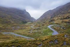En slingrig bergväg Arkivbilder