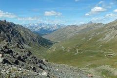 En slingrig bergväg i Frankrike Arkivbild