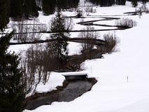 En slingrig flod i ett vitt vinterlandskap royaltyfri fotografi