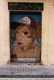 En slutare som vandaliseras med gatagrafittikonst Arkivfoto